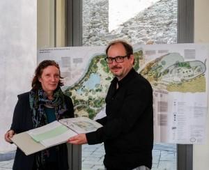 Monica von Geyr (Gartendenkmalpflegerin) und Thomas Steinhardt (Vorsitzender des Parkvereins)